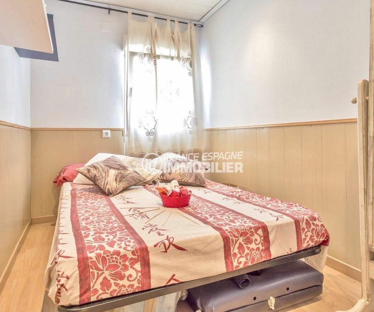 rosas immo: villa 72 m², deuxième chambre avec lit double et rangements