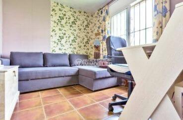 roses espagne: villa terrain 253 m², deuxième chambre aménagée en bureau avec canapé