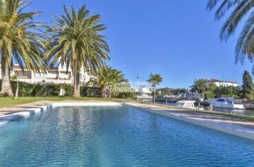 la costa brava: appartement 55 m², vue plongeante sur la piscine communautaire vue canal