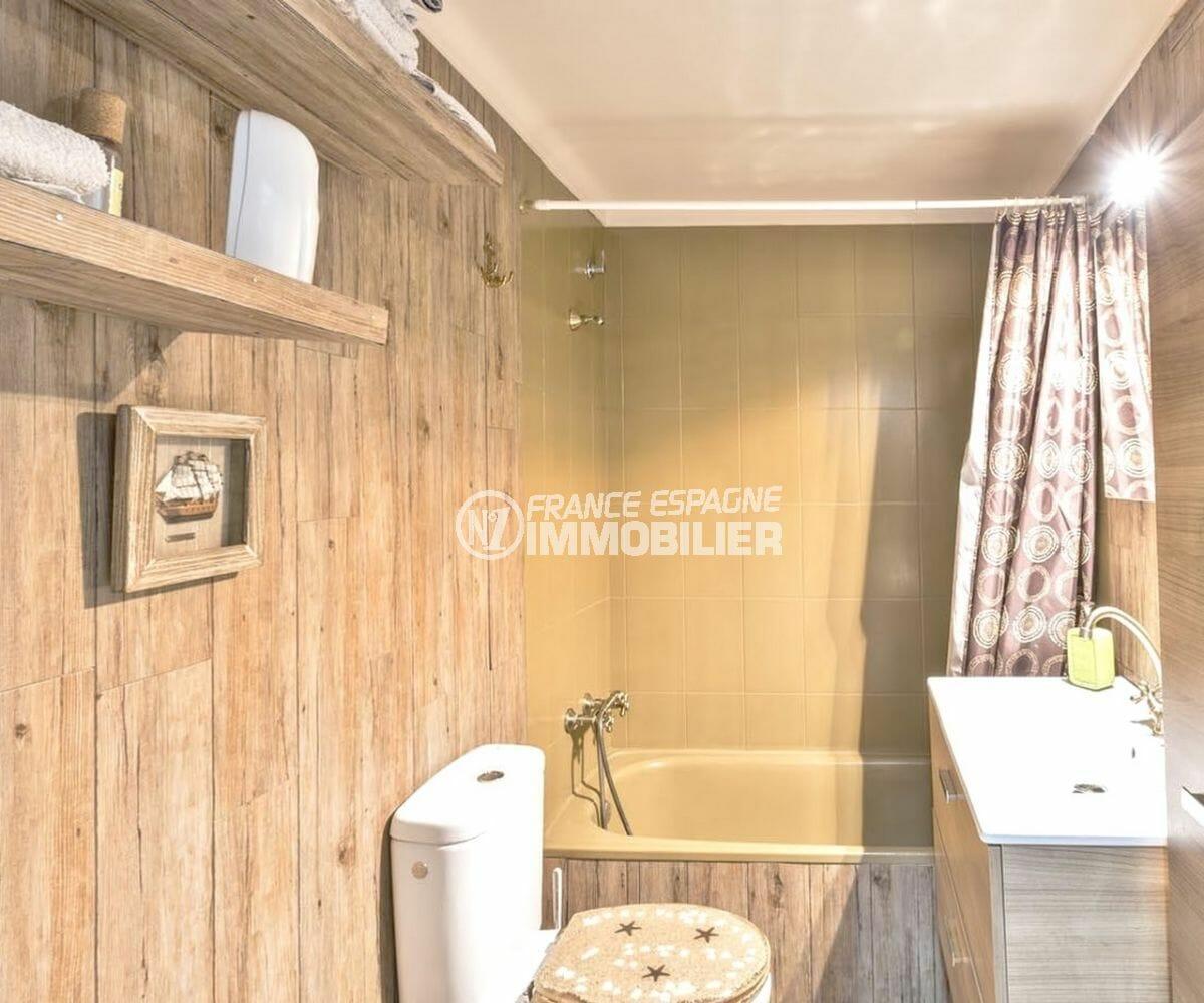 appartement a empuriabrava, 55 m², salle de bains avec baignoire, vasque et wc