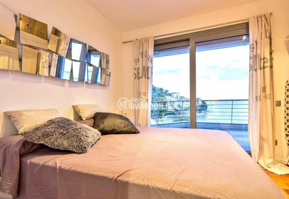 appartements a vendre a rosas, atico, suite parentale avec lit double accès terrasse vue mer