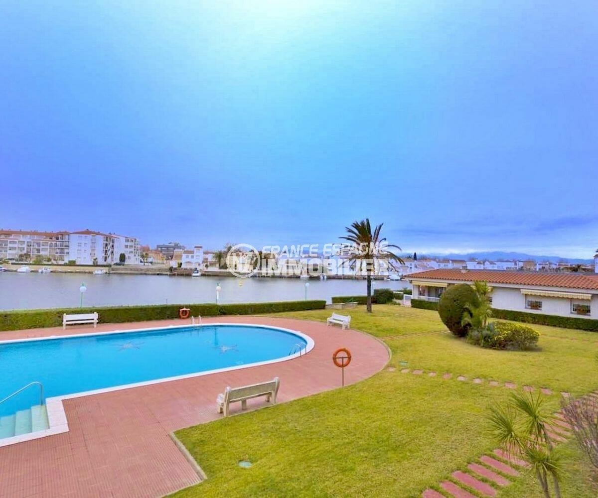 appartement à vendre à empuriabrava, amarre, vue sur la piscine communautaire et le canal