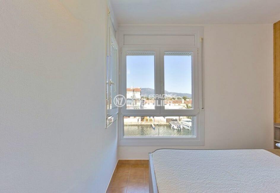 appartement a empuriabrava, proche plage, première chambre avec lit double vue canal