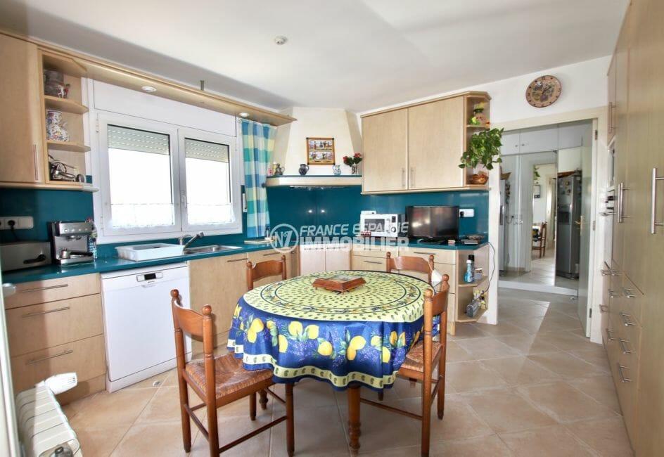 immobilier costa brava: villa ref.3930, cuisine indépendante équipée avec table petit déjeuner