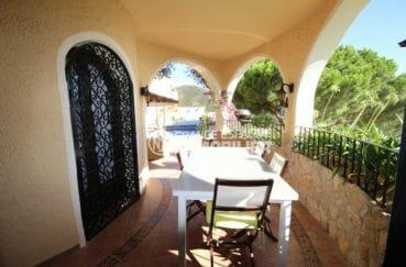 maison a vendre rosas, garage, vue sur la terrasse couverte coin repas accès piscine