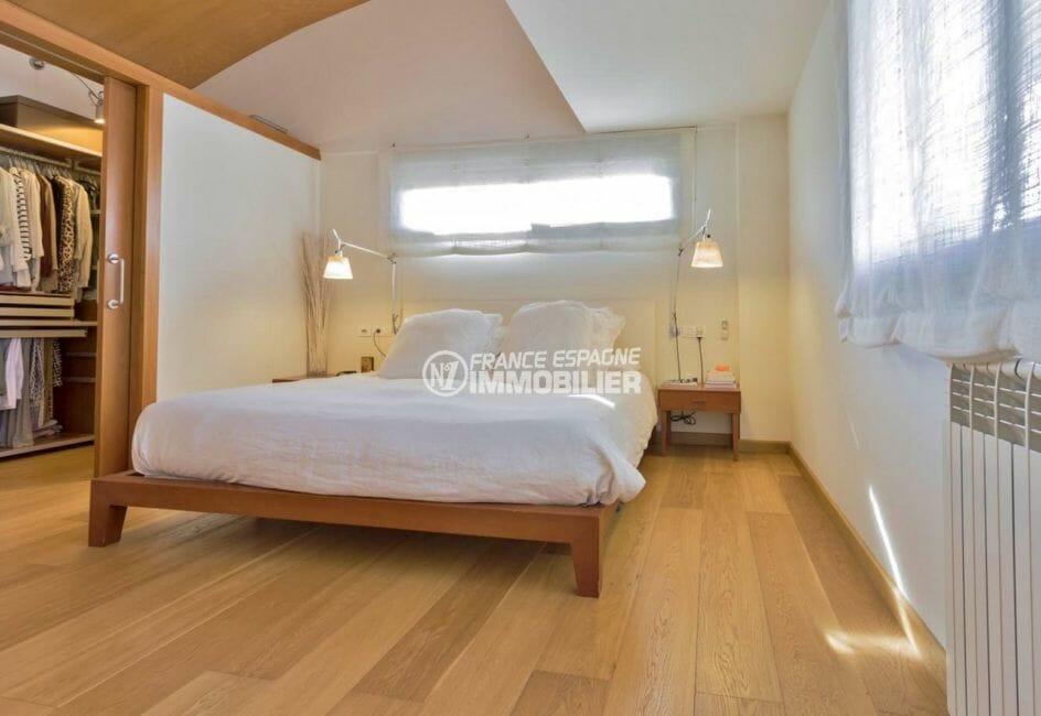 rosas immobilier: villa287 m², suite parentale avec lit double et salle de bains attenante