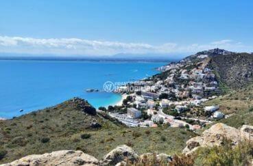 paysage magnifique entre mer et montagnes aux environs