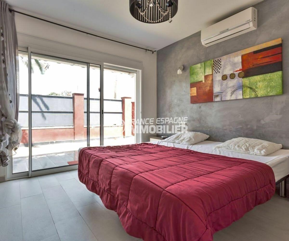 agence immobiliere francaise empuriabrava: villa 149 m², chambre 1 avec lit double accès extérieur