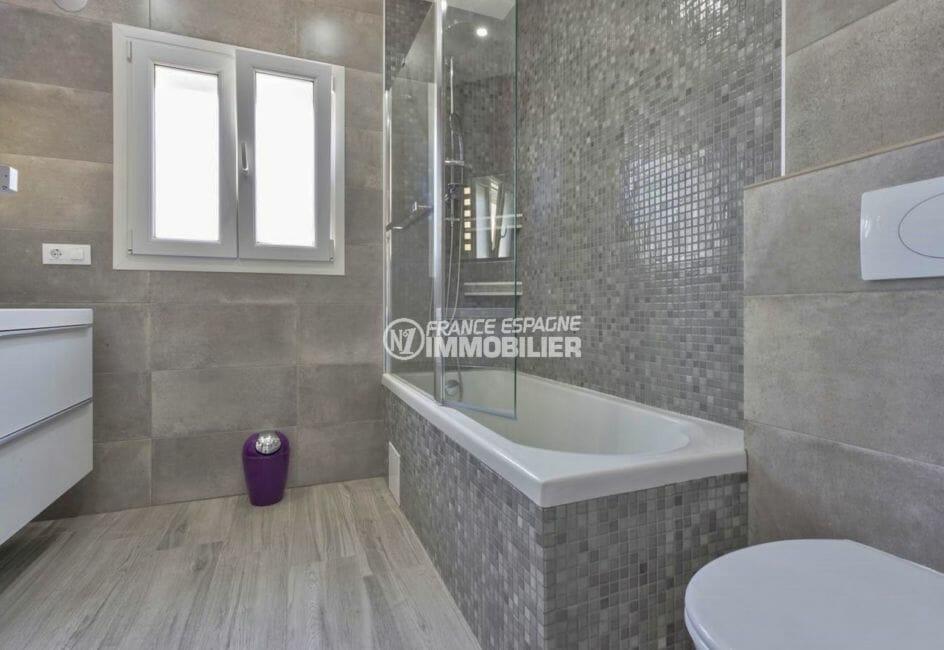 acheter maison costa brava, secteur prisé, salle de bains de la suite parentale