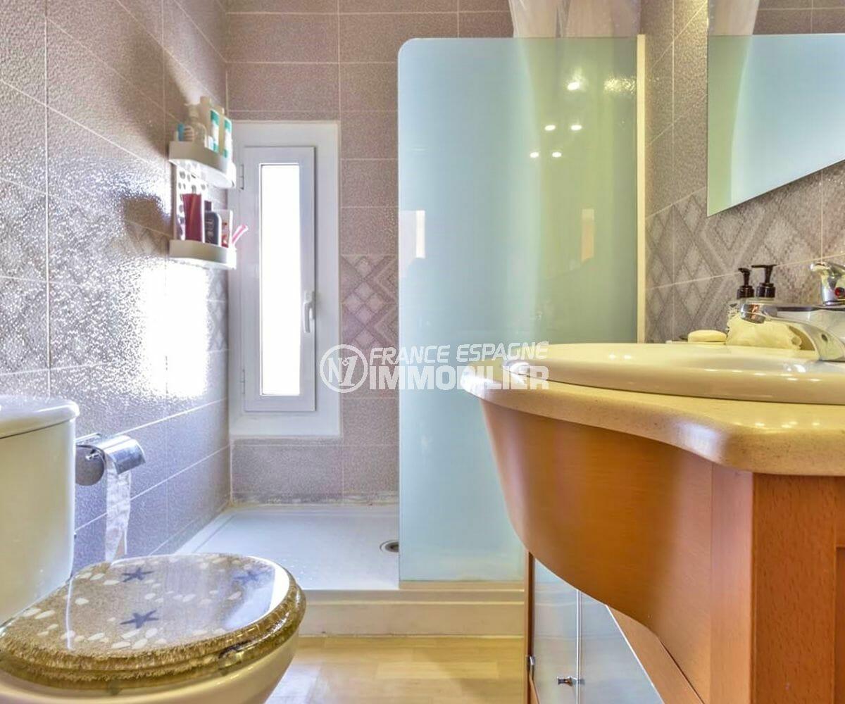 rosas immobilier: villa72 m², salle d'eau avec douche, meuble vasque et wc