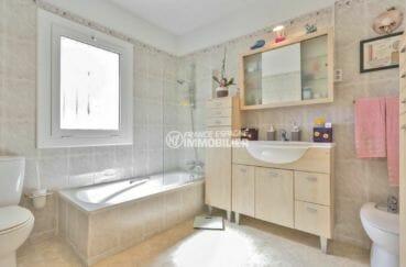 agence immobiliere francaise empuriabrava: villa 110 m², salle de bains baignoire, vasque, bidet et wc