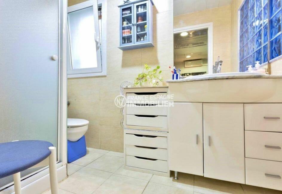 vente maison rosas espagne, proche plage, salle d'eau avec douche, vasque et wc