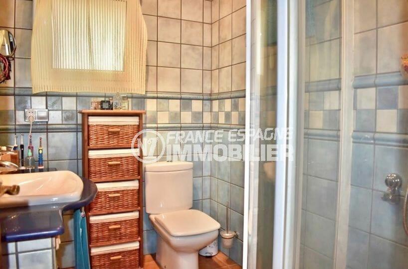agence immobiliere francaise empuriabrava: villa 107 m², salle d'eau avec douche, lavabo et wc