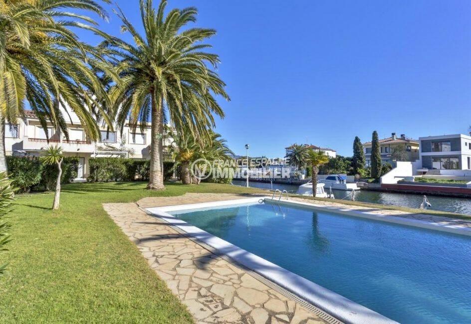 vente immobilière costa brava: appartement proche plage, vue sur la piscine communautaire