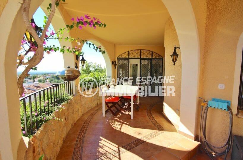 rosas immo: villa 216 m², terrasse couverte avec coin repas aménagé