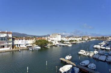 appartement a vendre empuriabrava avec amarre, proche plage, vue magnifique sur le canal