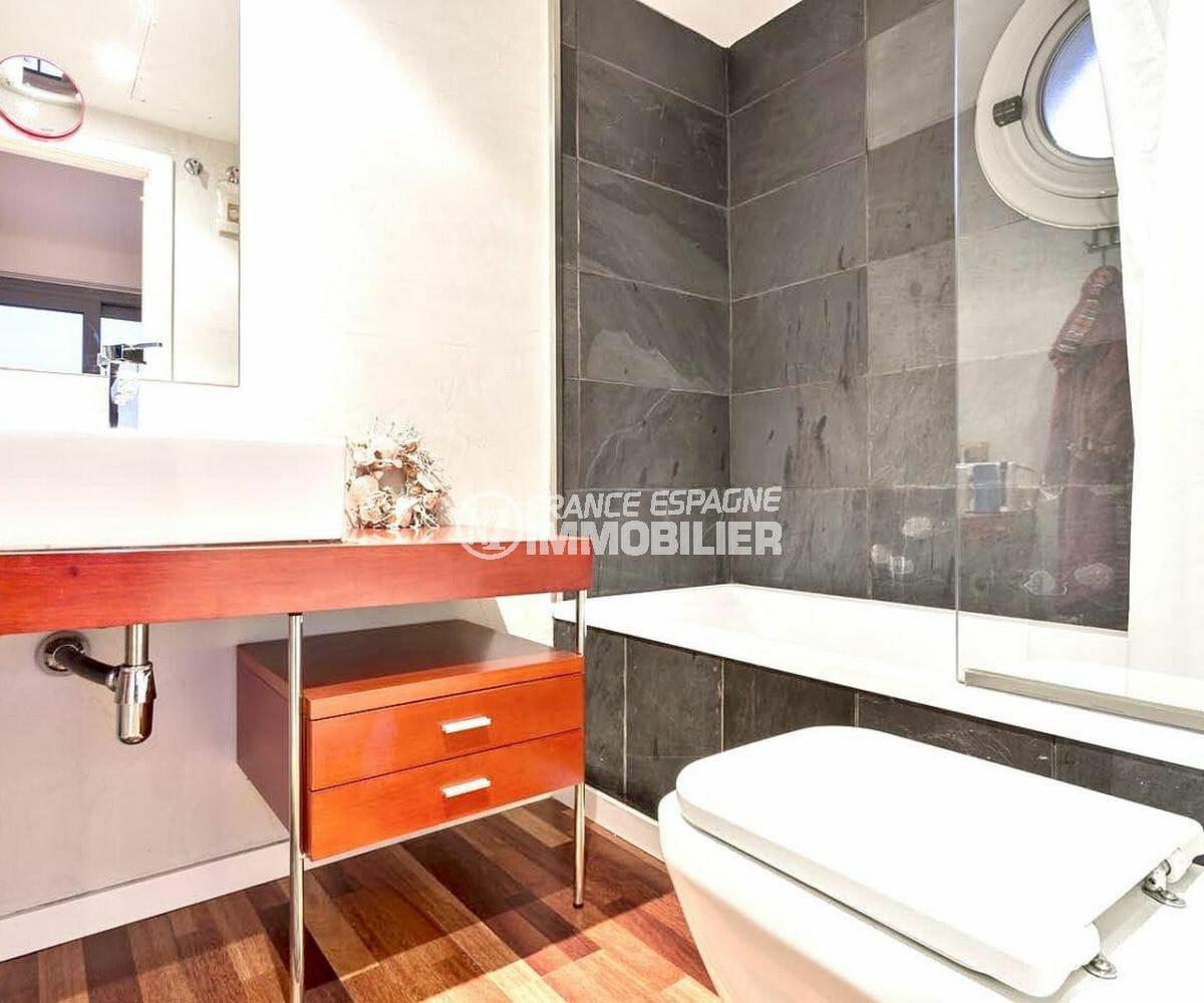 rosas immo: appartement 70 m², salle de bains avec baignoire, meuble vasque et wc