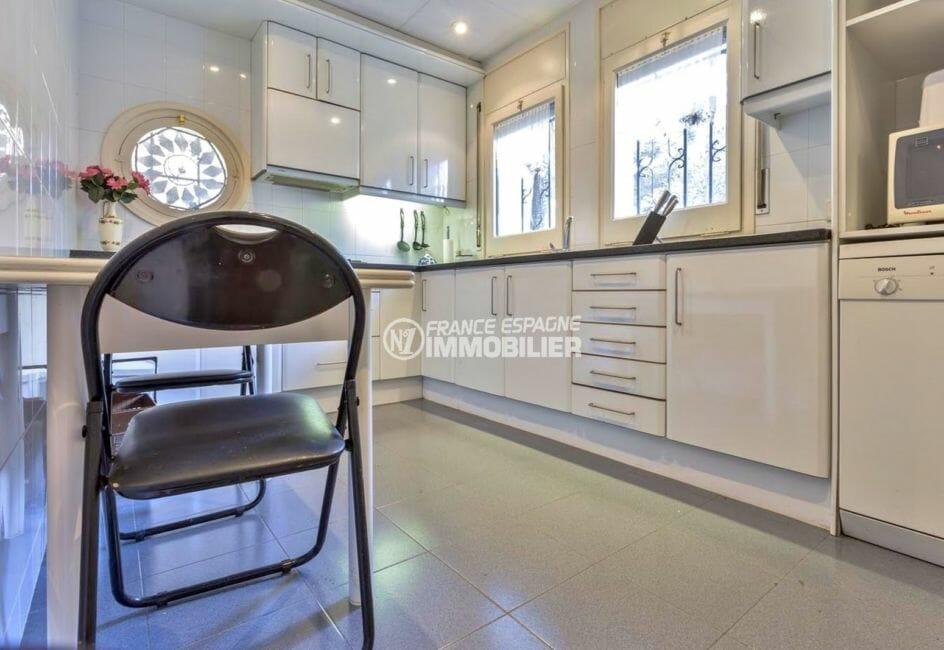agence immobiliere francaise empuriabrava: villa 160 m², cuisine avec rangements et coin repas