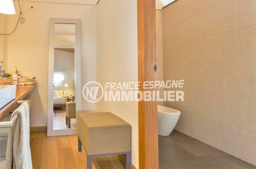 roses immobilier: villa secteur prisé, salle de bains avec meuble vasque