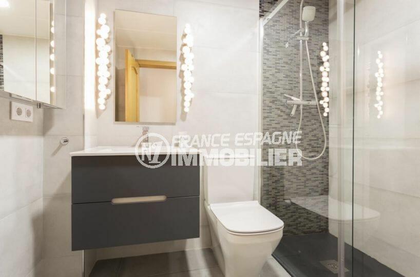 acheter appartement rosas, proche plage, salle d'eau avec douche, vasque et wc
