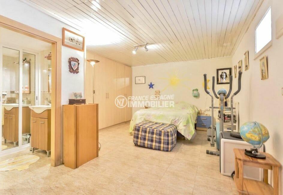 agence empuriabrava: villa 110 m², deuxième suite parentale avec lit double et rangements