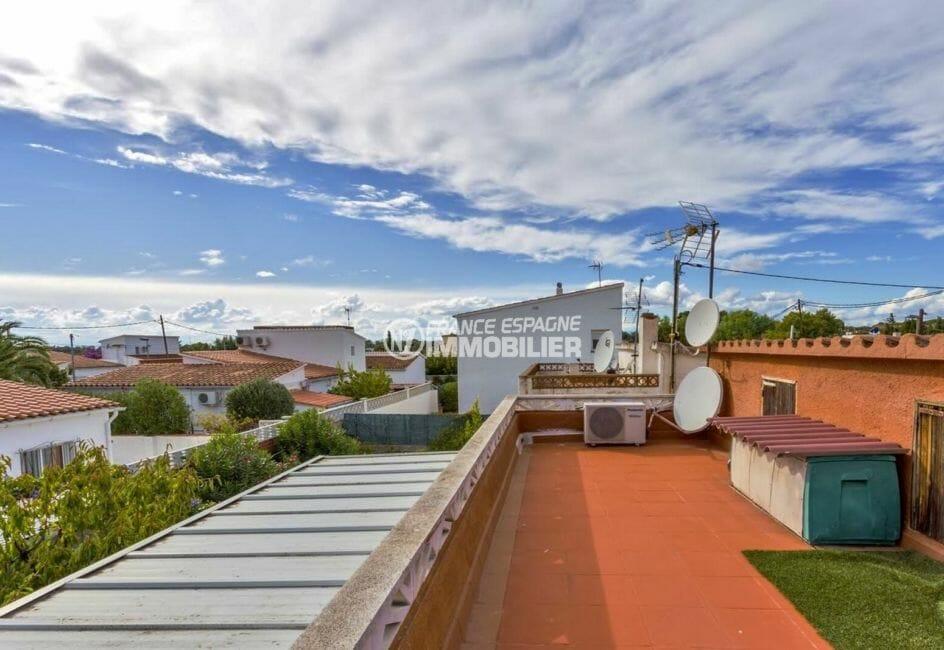 maison a vendre espagne, parking, vue dégagée sur la terrasse solarium,