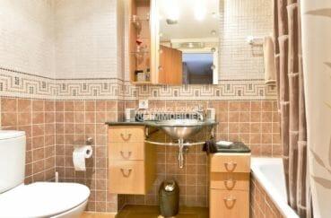appartement à vendre à empuriabrava, vue canal, salle de bains avec baignoire et wc