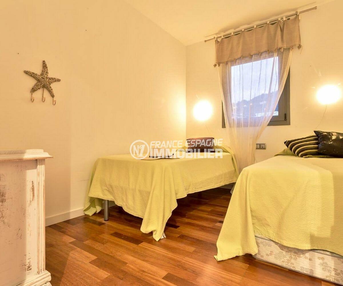 rosas immobilier: appartement parking, première chambre avec 2 lits simples