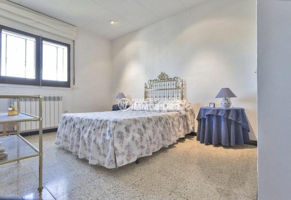 vente villa empuriabrava, proche plage, chambre 1 avec un lit double et placards