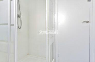 rosas immo: appartement avec cave, salle d'eau avec cabine de douche