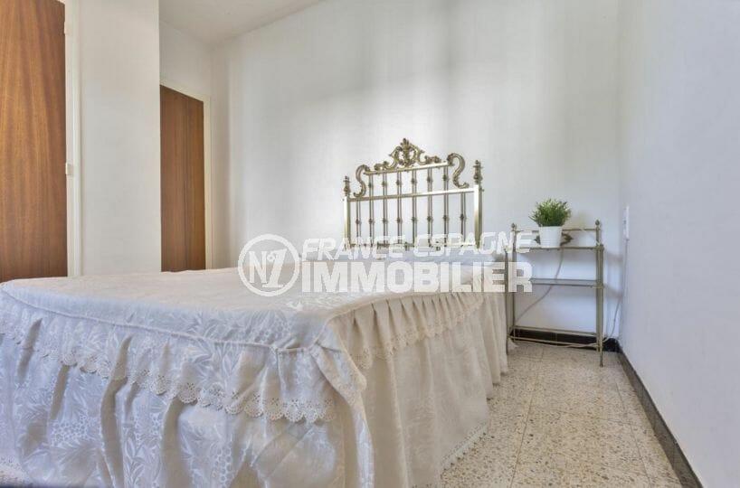agence empuriabrava: villa 160 m², chambre 2 avec un lit simple et placards