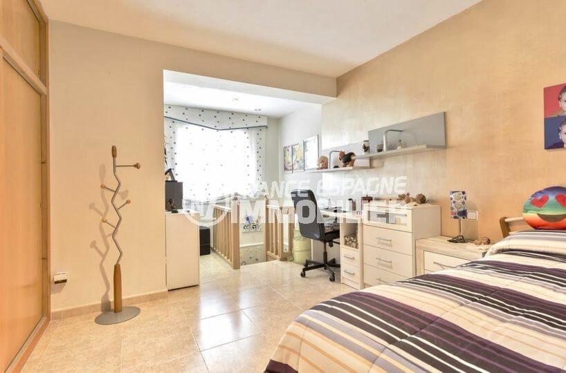 agences immobilières empuriabrava: villa 110 m², troisième chambre avec lit double et placards