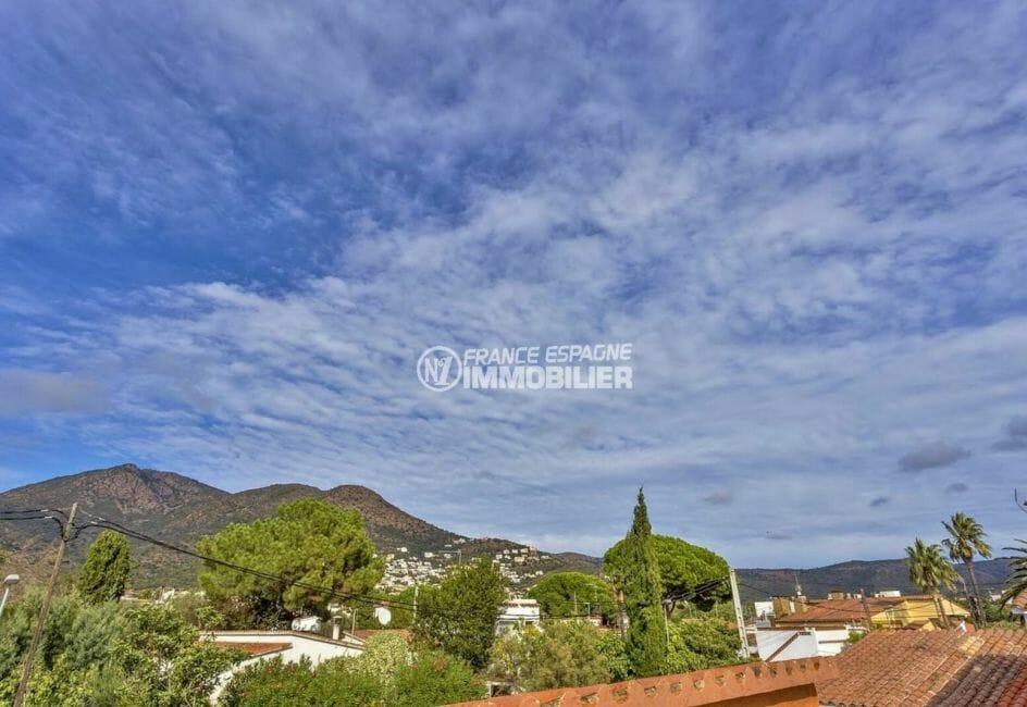 la costa brava: villa proche plage, paysage montagneux depuis la terrasse