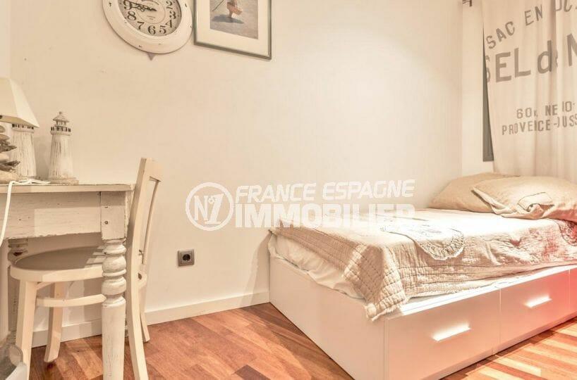 roses espagne: appartement 70 m², deuxième chambre avec lit double et bureau