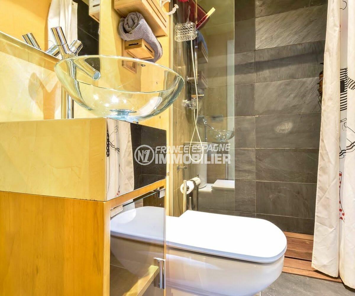 la costa brava: appartement piscine, salle d'eau avec douche, vasque et wc