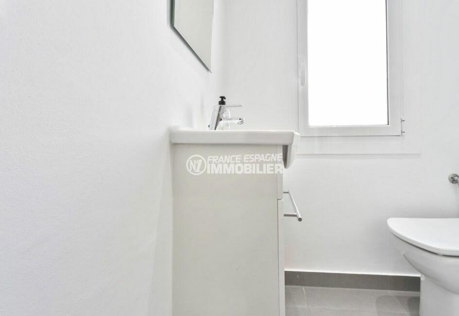 la costa brava: appartement 73 m², salle d'eau avec meuble vasque et wc