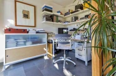la costa brava: villa 287 m², troisième chambre aménagée en bureau avec des ranegements