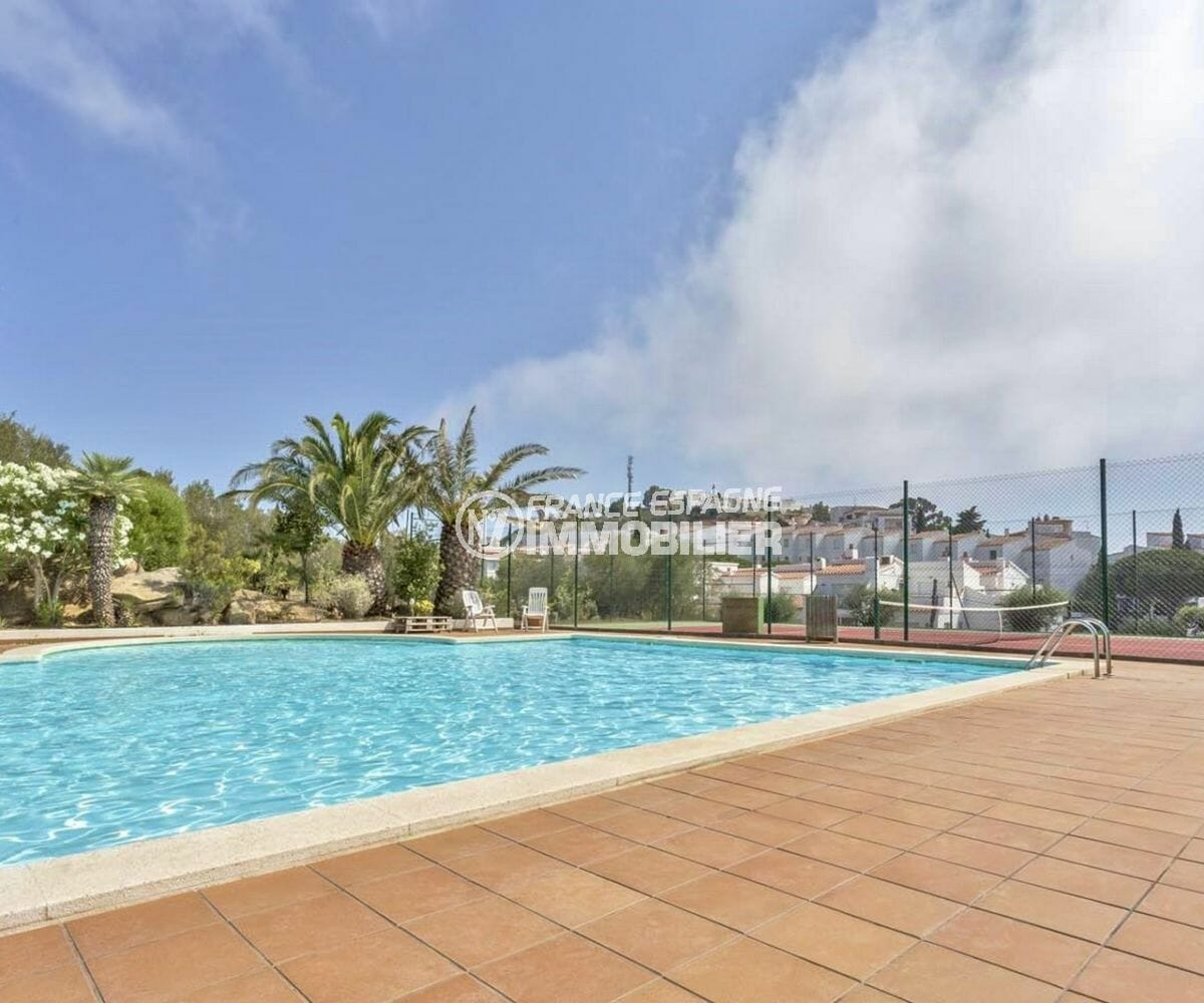 roses immobilier: villa 72 m², aperçu de la piscine et terrain de tennis communautaire