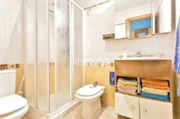 la costa brava: villa proche empuriabrava, salle d'eau avec cabine de douche, vasque et wc
