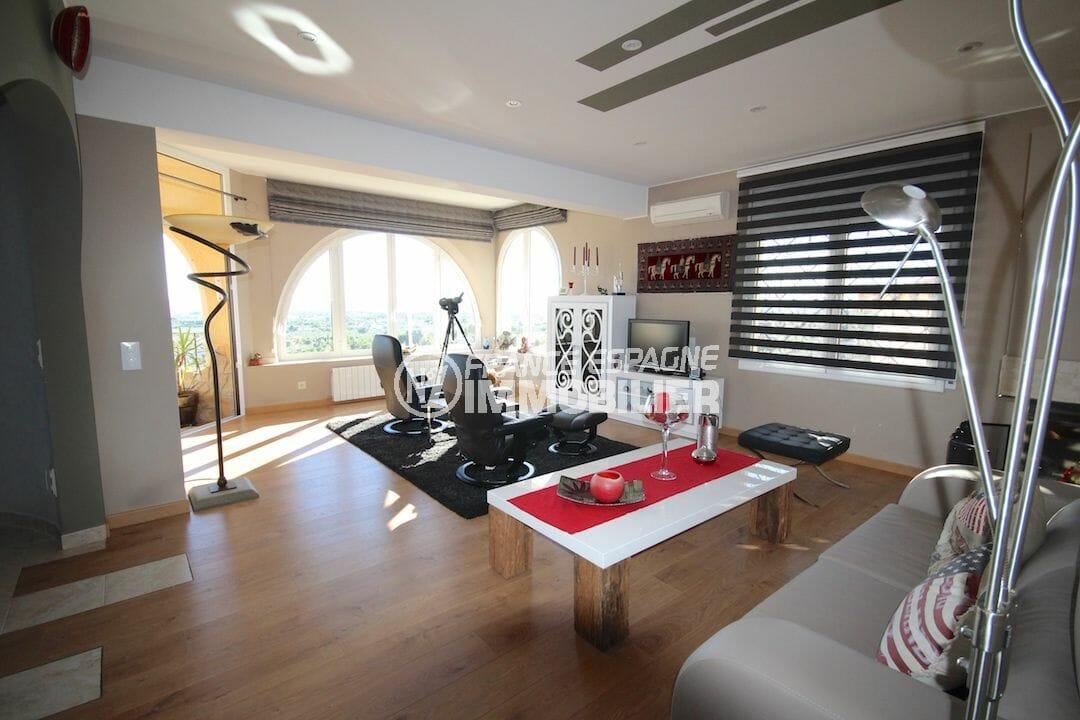 roses immobilier: villa proche plage, salon / séjour spacieux avec accès terrasse