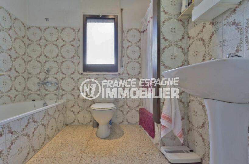 agences immobilières empuriabrava: villa 160 m², salle de bains avec baignoire, vasque et wc