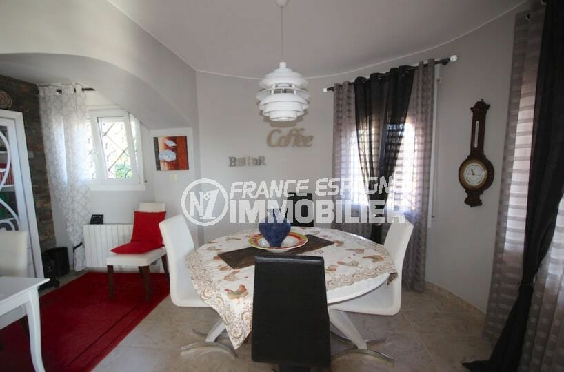 vente maison rosas espagne, garage, espace salle à manger avec table et rangements