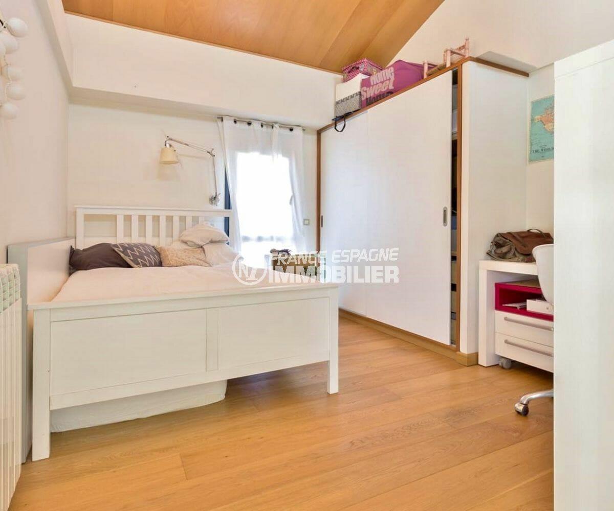 vente immobiliere rosas: villa 287 m², deuxième chambre lumineuse avec lit double et rangements