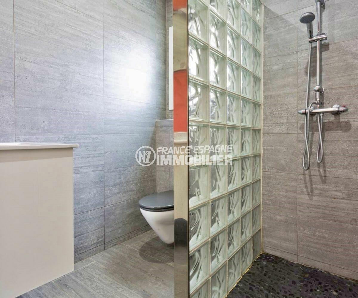 acheter maison costa brava, secteur prisé, salle d'eau avec douche, vasque et wc