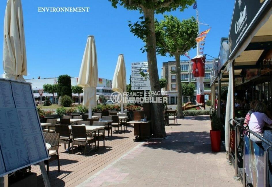 terrasses des restaurants et boutiques proches de la plage d'empuriabrava