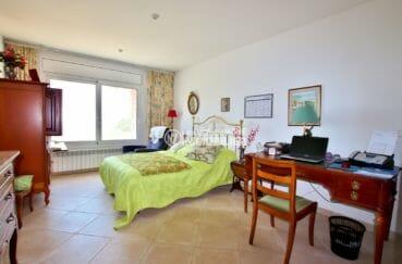 achat maison costa brava bord de mer, ref.3930, troisième chambre avec grande fenêtre et bureau