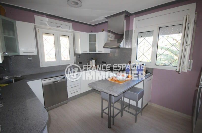 vente immobiliere rosas: villa piscine, cuisine indépendante équipée et fonctionnelle