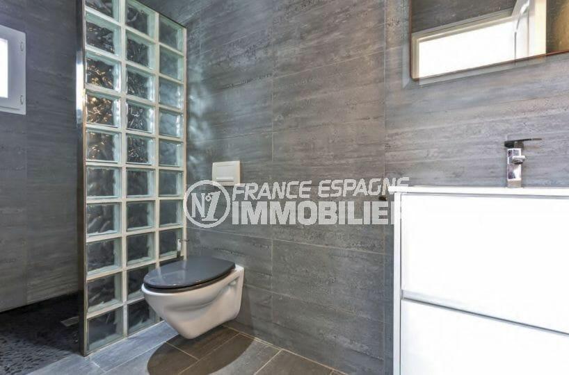 vente immobilier costa brava: villa proche plage, salle d'eau moderne avec vasque et wc