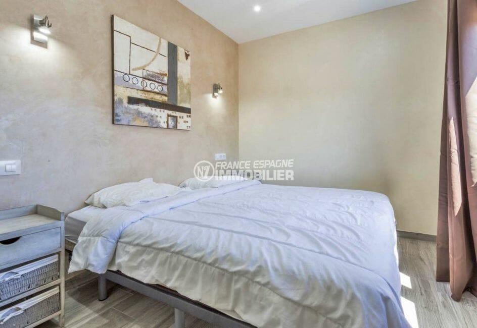 maison costa brava, secteur prisé, deuxième chambre lumineuse avec lit double