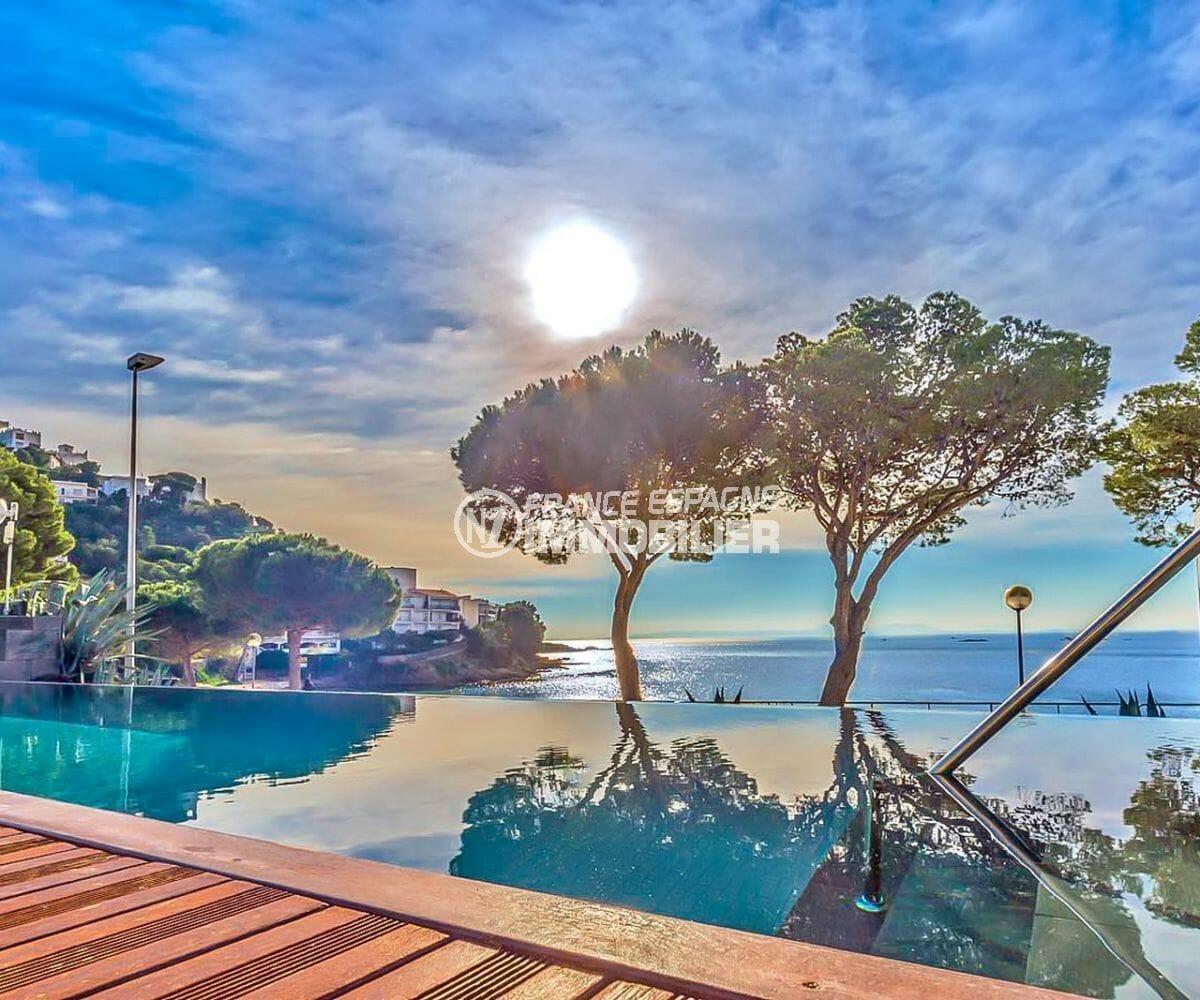 vente appartement rosas espagne, parking, vue magnifique depuis la piscine sur la mer